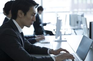 オフィスでパソコンを操作するビジネス男性の写真素材 [FYI02973846]
