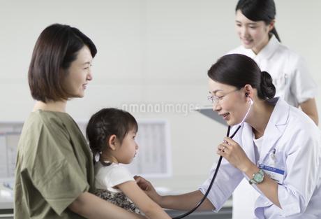 女の子の患者に聴診器をあてる女性医師の写真素材 [FYI02973850]
