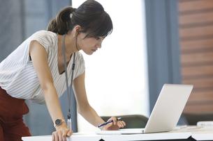 PCを見るビジネス女性の写真素材 [FYI02973851]