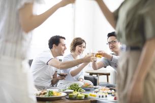 ホームパーティーで乾杯をする外国人と日本人の写真素材 [FYI02973852]