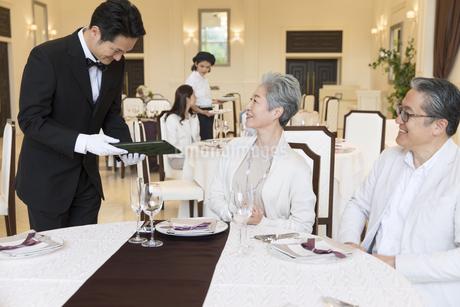 レストランで注文をするシニア夫婦の写真素材 [FYI02973853]