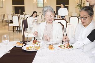 レストランで食事をするシニア夫婦の写真素材 [FYI02973857]