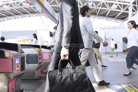 駅の改札を通過する人々の写真素材 [FYI02973865]