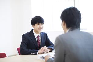 面談を受ける男子高校生の写真素材 [FYI02973868]