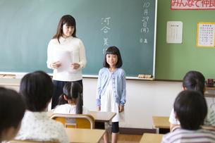 教室で自己紹介をしている女の子の写真素材 [FYI02973870]