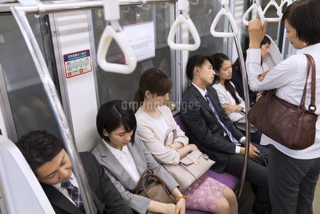 電車で眠る人々の写真素材 [FYI02973872]