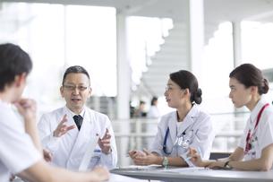 会議中の医師たちの写真素材 [FYI02973875]