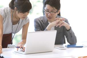 PCを見る男女のビジネスマンの写真素材 [FYI02973876]
