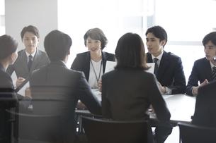 会議中のビジネスマンの写真素材 [FYI02973878]