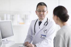 患者に問診をする男性医師の写真素材 [FYI02973883]