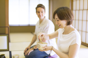 茶道を体験する外国人観光客の写真素材 [FYI02973884]