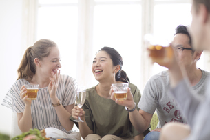 ホームパーティーを楽しむ外国人と日本人の写真素材 [FYI02973890]