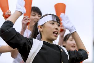 応援をする応援団の女子学生の写真素材 [FYI02973893]