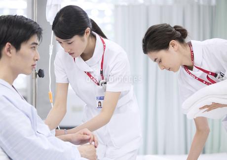 入院患者の世話をする2人の女性看護師の写真素材 [FYI02973894]