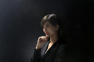 考え込むビジネス女性の写真素材 [FYI02973899]