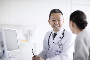 患者に問診をする男性医師の写真素材 [FYI02973902]
