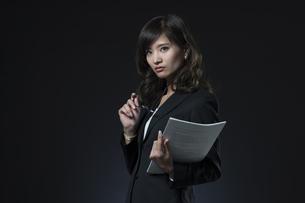 資料を手に持つビジネス女性の写真素材 [FYI02973903]