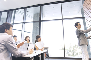 会議中のビジネスマンの写真素材 [FYI02973907]