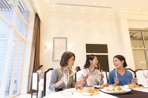 レストランで食事をする3人の女性の写真素材 [FYI02973908]