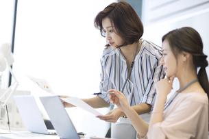 打ち合わせをする2人のビジネス女性の写真素材 [FYI02973909]