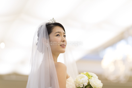 ブーケを持ち横を向く新婦の写真素材 [FYI02973911]