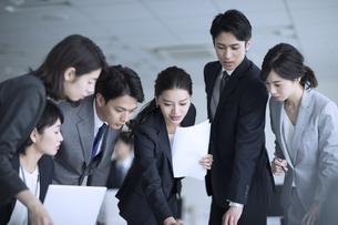 打ち合わせ中のビジネス男女の写真素材 [FYI02973918]