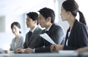 会議中のビジネスマンの写真素材 [FYI02973923]