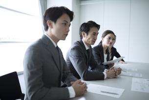 会議中のビジネスマンの写真素材 [FYI02973925]