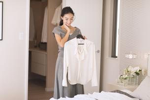 洋服を選ぶ女性の写真素材 [FYI02973930]