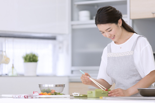 お弁当を作る女性の写真素材 [FYI02973938]