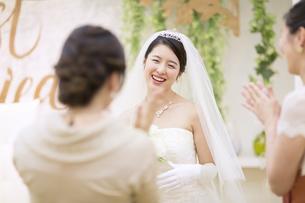 友人に祝福される新婦の写真素材 [FYI02973942]