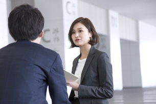 打ち合わせをするビジネス女性の写真素材 [FYI02973949]