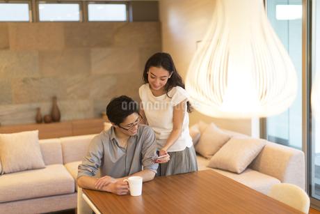 スマホを見る夫婦の写真素材 [FYI02973950]