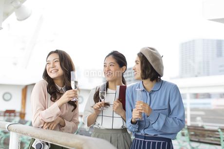デッキで遠くを見る3人の女性の写真素材 [FYI02973954]