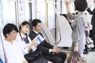 電車移動する人々の写真素材 [FYI02973965]
