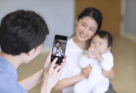 スマホで撮影される母親と赤ちゃんの写真素材 [FYI02973966]
