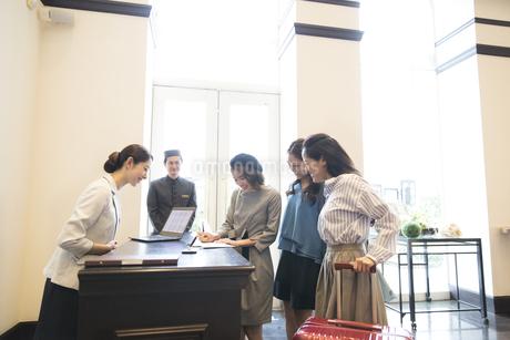 チェックイン中の3人の女性旅行者の写真素材 [FYI02973967]