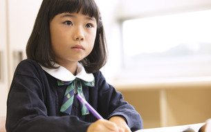 教室で授業を受ける小学生の女の子の写真素材 [FYI02973969]
