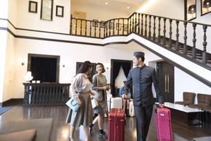 ホテル内を歩く2人の女性旅行者の写真素材 [FYI02973971]