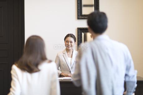 接客をするフロントの女性の写真素材 [FYI02973974]