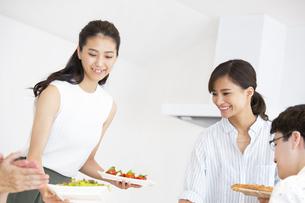 食事を用意する女性2人の写真素材 [FYI02973977]