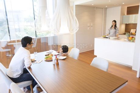 家族に食事を用意する母親の写真素材 [FYI02973979]
