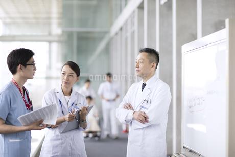 打ち合わせをする医師たちの写真素材 [FYI02973980]