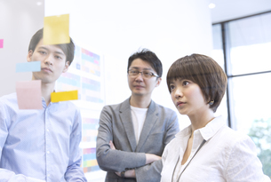 会議をする男女3人のビジネスマンの写真素材 [FYI02973981]