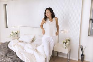 ベッドから立ち上がり遠くを見る女性の写真素材 [FYI02973983]
