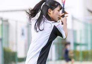 テニスをする女子学生の写真素材 [FYI02973984]
