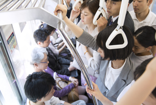 満員電車の車内の写真素材 [FYI02973989]