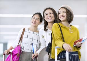 旅行中の女性3人の写真素材 [FYI02973991]