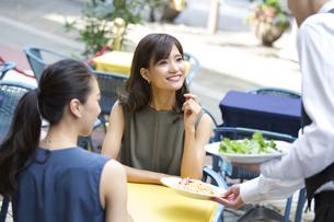 オープンカフェで食事をする女性2人の写真素材 [FYI02973992]