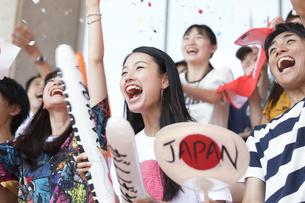 日本戦を観戦する人々の写真素材 [FYI02973995]
